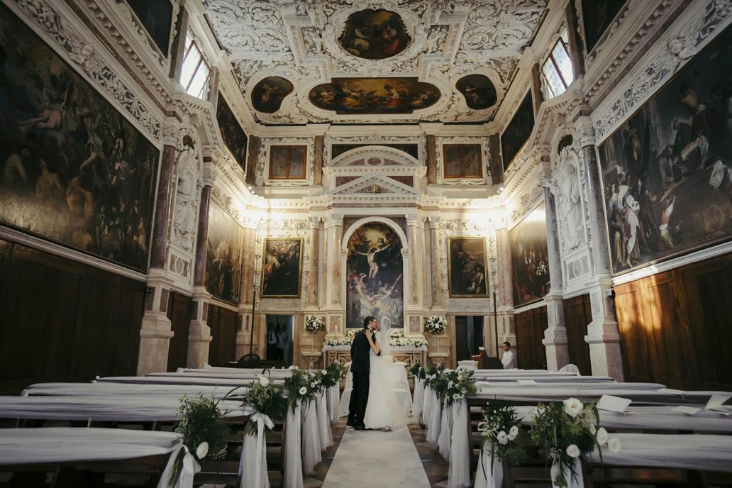 Fotografo matirmonio Vicenza in stile reportage di classe con foto in Basilica Palladiana