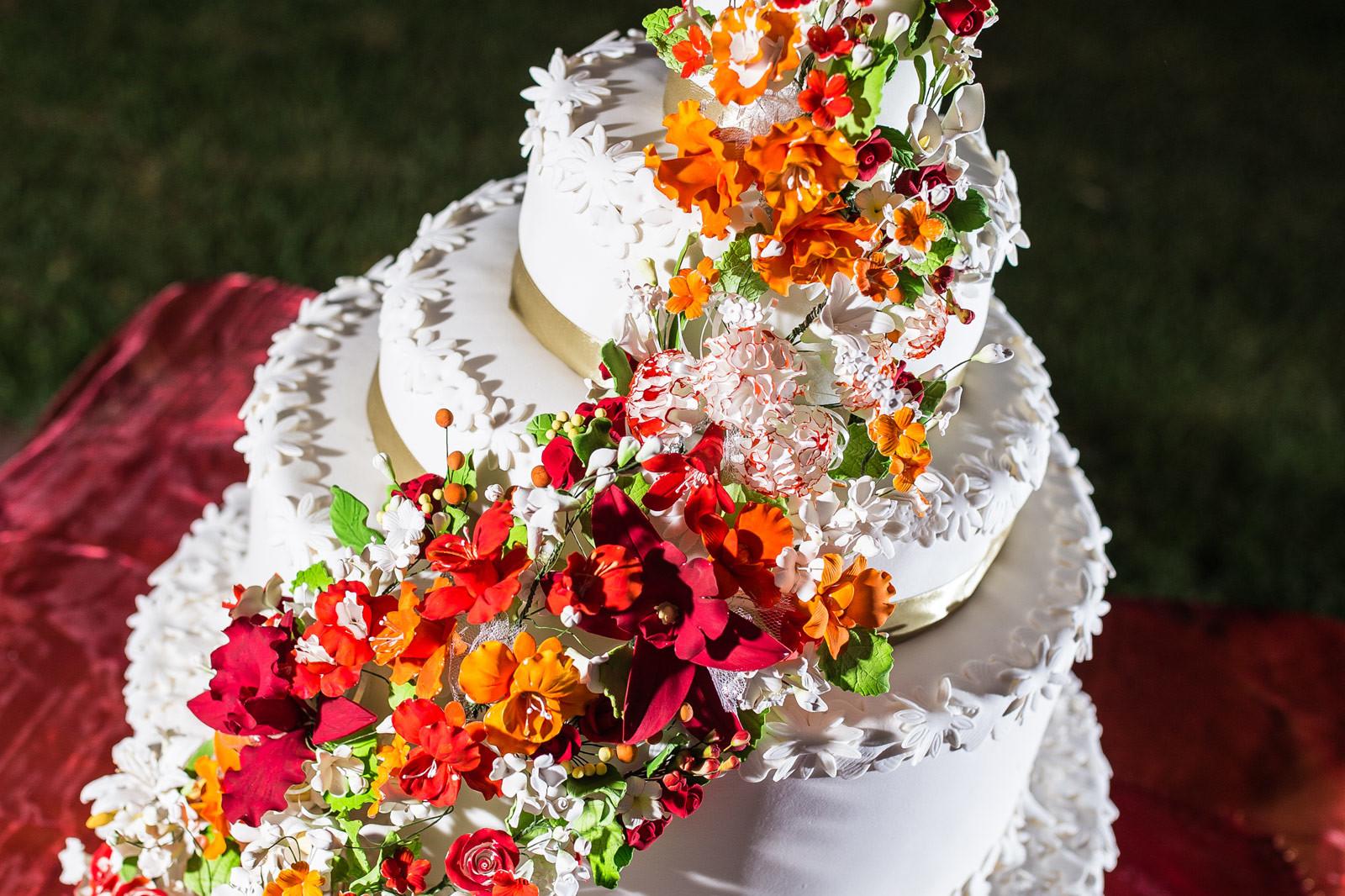 Le torte nuziali 2019: dallo stile rustico, decorate con fiori freschi di lavanda o che lasciano spazio all'eleganza indiscussa del bianco puro.