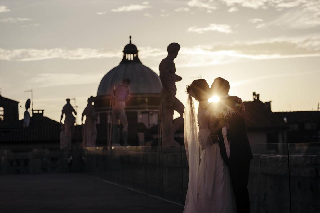 Fotografo di matrimonio a Vicenza in stile reportage e foto non in posa in Basilica Palladiana con tramonto e controluce a colori e foto in bianco e nero di sposi in villa a Vicenza.